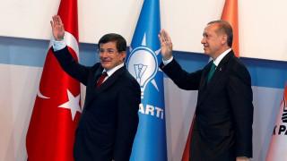 Η αντιπαράθεση Ερντογάν - Νταβούτογλου οδηγεί σε νέο κύκλο αβεβαιότητας