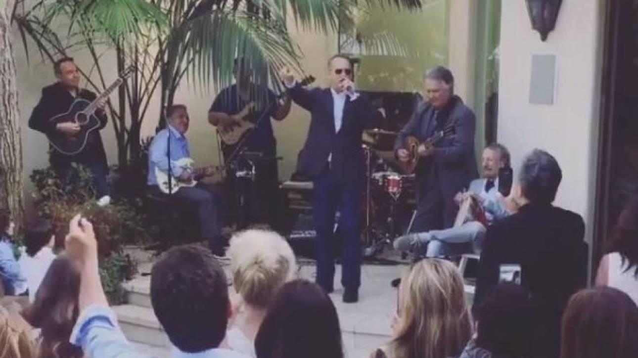 Ο Τομ Χανκς τραγουδά το Χριστός Ανέστη αλλιώς