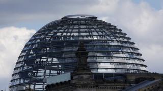 Το Βερολίνο επιχειρεί να γεφυρώσει τις απαιτήσεις του ΔΝΤ και τις αντιστάσεις της Αθήνας