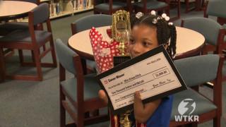 Εφτάχρονη χωρίς χέρια κερδίζει βραβείο καλλιγραφίας