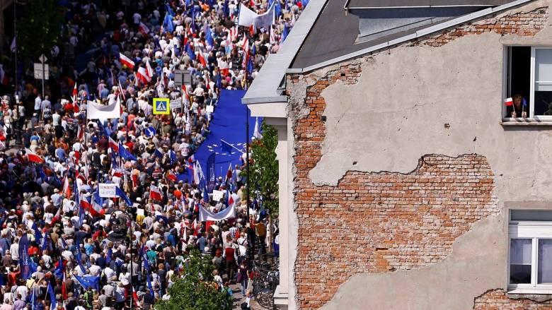 Μεγάλη αντικυβερνητική διαδήλωση στη Βαρσοβία παρουσία 200.000 ατόμων (pics)