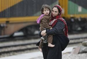 Μια γυναίκα από το Αφγανιστάν βρίσκεται σε ένα χωριό των Σκοπίων.