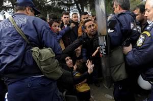 Έλληνες αστυνομικοί απωθούν πρόσφυγες, σε προσπάθειά τους να περάσουν τα σύνορα στα Σκόπια.