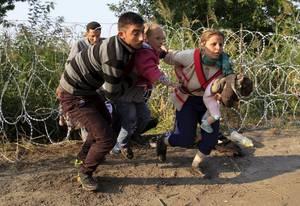 Σύριοι μετανάστες έχουν περάσει κάτω από φράχτη στη Σερβία.