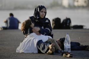 Μια μητέρα βρίσκεται στο αεροδρόμιο στην Κω περιμένοντας να τους μεταφέρουν στο Ελευθέριο Βενιζέλος.