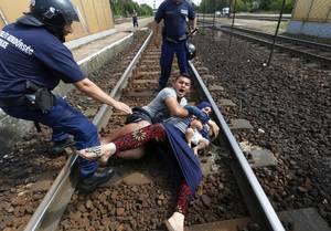 Αστυνομικοί στην Ουγγαρία κυνηγούν μια οικογένεια προσφύγων, που θέλει να φύγει από το σταθμό.