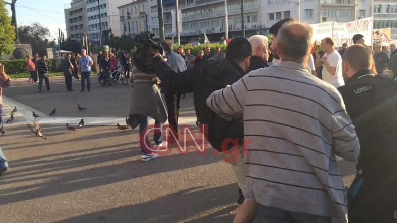 Επεισόδια έξω από τη Βουλή - Άγνωστοι επιτέθηκαν σε αγροτοσυνδικαλιστή (vid+pics)
