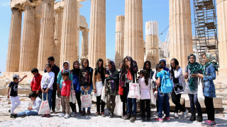 Ο υπουργός Πολιτισμού υποδέχτηκε στην Ακρόπολη περίπου 100 πρόσφυγες