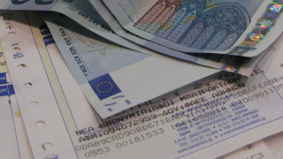 «Στη μέγγενη» μισθοί και συντάξεις σε περίπτωση δημοσιονομικών αποκλίσεων