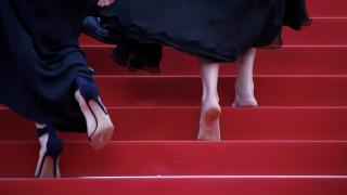 Kάννες 2016: Η ξυπόλητη Τζούλια Ρόμπερτς πατάει πόδι στο σεξισμό του κόκκινου χαλιού