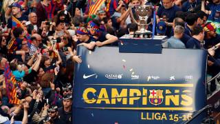 Χιλιάδες Καταλανοί αποθέωσαν την πρωταθλήτρια Μπαρτσελόνα στους δρόμους της πόλης