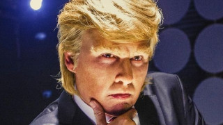 Ο Τζόνι Ντεπ συνεχίζει να παρωδεί τον Ντόναλντ Τραμπ
