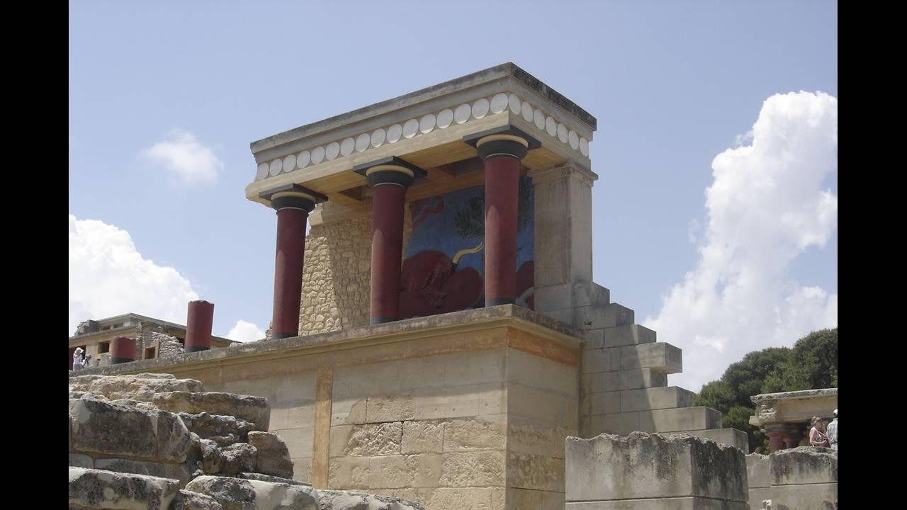 https://cdn.cnngreece.gr/media/news/2016/05/18/32601/photos/snapshot/Minoan_Palace_of_Knossos.jpg