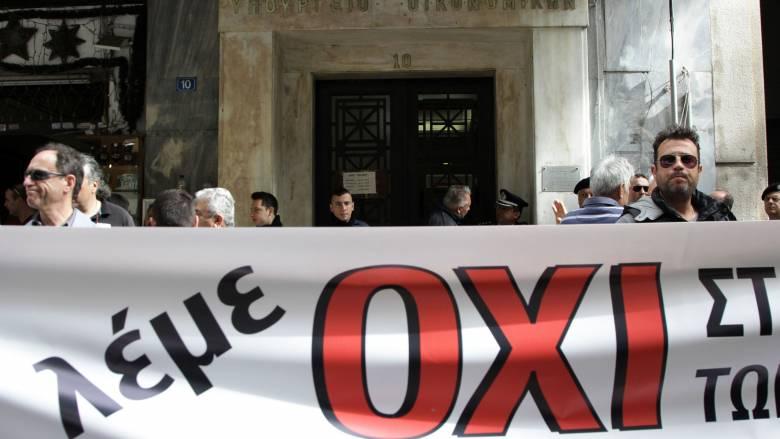 Κατάληψη στο υπουργείο Οικονομικών από την ΠΟΕ-ΔΟΥ