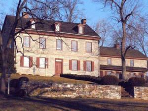 The Charming Forge Mansion, 274 Charming Forge Rd, Womelsdorf, Pennsylvania Αυτό το όμορφο κομμάτι παραφυσικού παραδείσου έρχεται μαζί με ένα παραδοσιακό τζάκι και σύμφωνα με μαρτυρίες και το πνεύμα του ανθρώπου που κάποτε έμενε εκεί. Το όνομα του άνδρα,