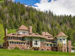 The Osgood Mega Mansion, 58 Redstone Circle, Redstone, Colorado Σύμφωνα με την ιστορία, ο Τζόν Κλίβελαντ Όσγκουντ  (John Cleveland Osgood), ένας αυτοδημιούργητος άνδρας που έκανε μία περιουσία ως βιομήχανος, κατείχε το σπίτι από το 1897 έως και το 1902.