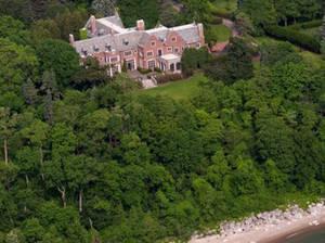 The Schweppe Mansion, 405 North Mayflower Rd, Lake Forest, Illinois Κρυμμένο στα πλούσια δάση δίπλα στην ακτή της λίμνης του Μίσιγκαν βρίσκεται αυτό το σπίτι με στυλ αγγλικού Tudor.  Ένα πραγματικό στολίδι, που χτίστηκε αρχικά ως γαμήλιο δώρο το 1917 για