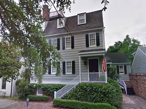Hampton Lillibridge House, 507 E Saint Julian St, Savannah, Georgia Αυτή η κατοικία του 18ου αιώνα βρίσκεται σε έναν ήσυχο δρόμο στην καρδιά της προπολεμικής χώρας. Σύμφωνα με τη λίστα, οι τρεις προηγούμενοι ιδιοκτήτες του έζησαν στο σπίτι αφού αυτό αποκ