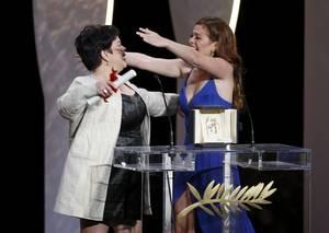 Βραβείο Καλύτερης Γυναικείας Ερμηνείας στη Ζακλίν Ζοζέ για το Ma' Rosa του Μπριγιάντε Μεντόζα. Εδώ με την κόρη της, επίσης ηθοποιό.