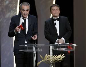 Βραβείο Σκηνοθεσίας ex aequo στους Ολιβιέ Ασαγιάς για το Personal Shopper και Κριστιάν Μουντζιού για το Bacalaureat