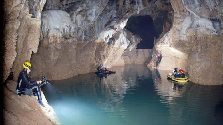 Καλάβρυτα: Το σπήλαιο με τις 13 λίμνες