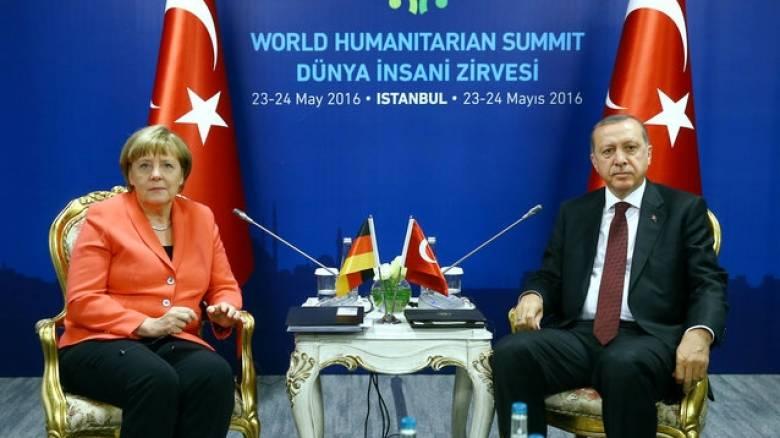 «Όχι» της Μέρκελ στην κατάργηση των θεωρήσεων διαβατηρίου για τους Τούρκους