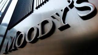 Moody's: Θετική η δόση, αλλά η αβεβαιότητα παραμένει