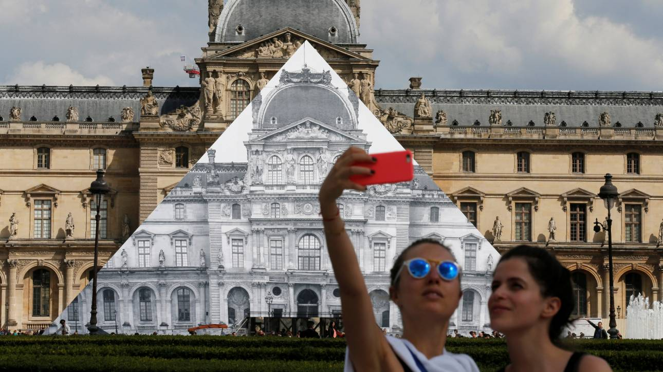 Ο εικαστικός που εξαφάνισε την Πυραμίδα του Λούβρου αποκαλύπτεται