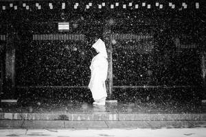 Μια χιονισμένη νύφη στους δρόμους του Τόκιο, Ιαπωνία.