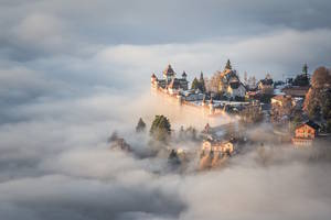 Μια παραμυθένια κοινότητα αναδύεται μέσα από τις κορυφές της Ελβετίας