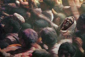 Στη θεαματική γιορτή χρωμάτων της Ινδίας, Holi