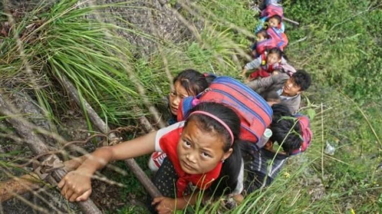 Μαθητές ανεβοκατεβαίνουν καθημερινά γκρεμό 800 μέτρων για να φτάσουν στο σχολείο