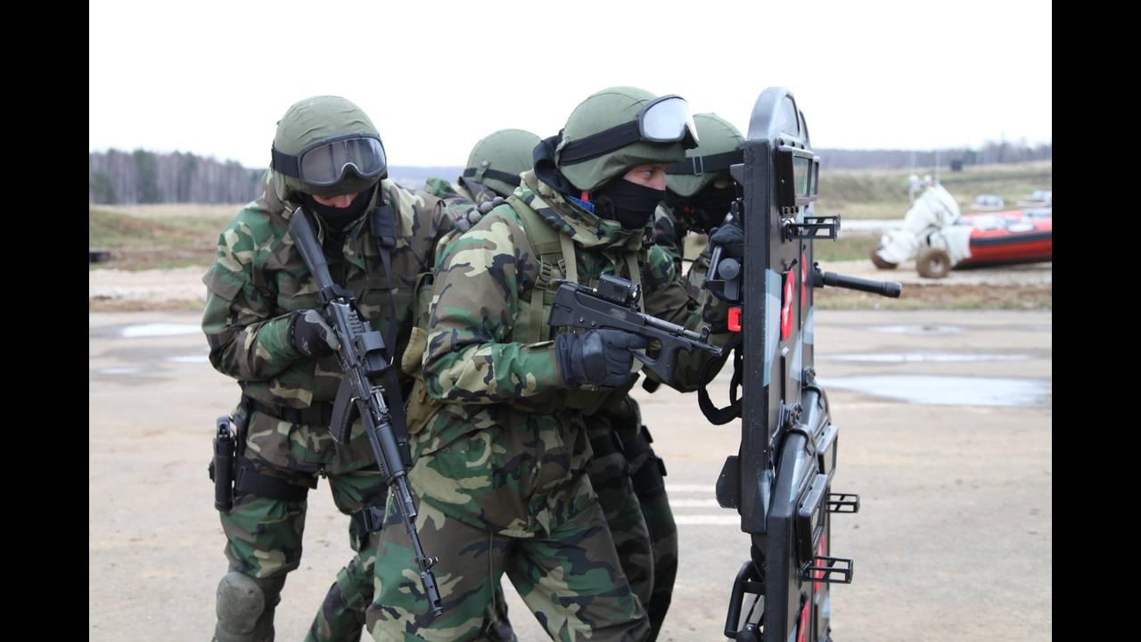 https://cdn.cnngreece.gr/media/news/2016/05/27/33746/photos/snapshot/Vityaz_shooting_under_cover_of_armored_shields.jpg