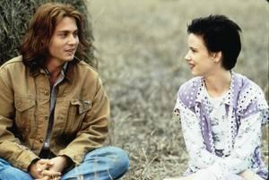 """1993, Τζούλιετ Λούις. ϊσως ήταν μαζί, ίσως όχι πάντως οι φήμες στα γυρίσματα της ταινίας """"What's Eating Gilbert Grape"""" τους ήθελαν μαζί."""