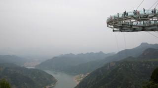 Περπατώντας σε ύψος 400 μέτρων πάνω σε γυαλί: Εσείς θα το τολμούσατε;