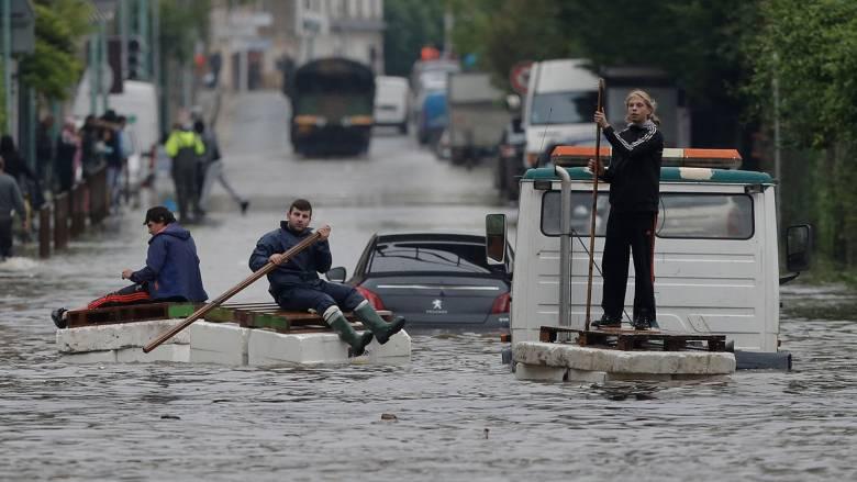 Συναγερμός στο Παρίσι από τις πλημμύρες - «φυγαδεύουν» τα αριστουργήματα του Λούβρου