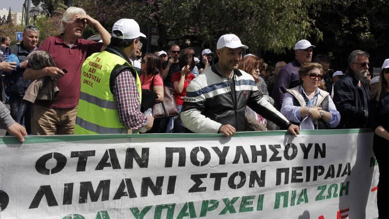 Συνεχίζουν τις κινητοποιήσεις τους οι εργαζόμενοι στα λιμάνια Πειραιά και Θεσσαλονίκης