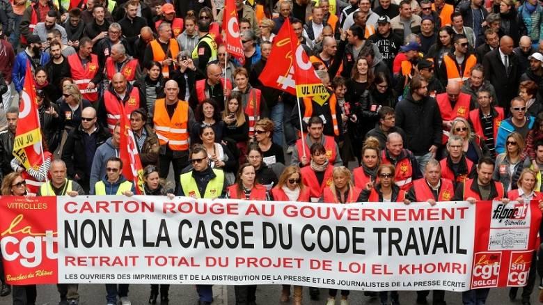Συνομιλίες της γαλλικής κυβέρνησης με τα συνδικάτα για αποκλιμάκωση των κινητοποιήσεων