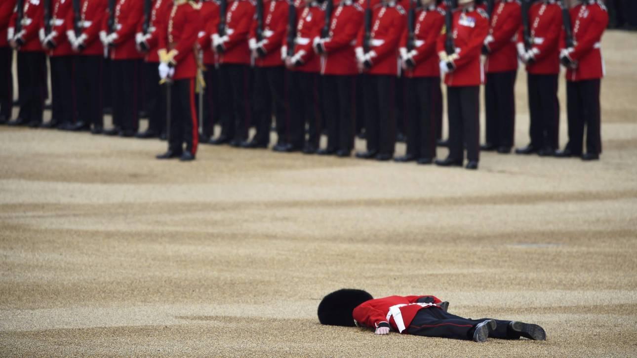 Φρουρός σωριάζεται λιπόθυμος στα γενέθλια της Βασίλισσας (vid&pics)