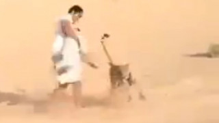 Ο ανήλικος που κάνει κολλητή παρέα με ένα τσιτάχ (vid)