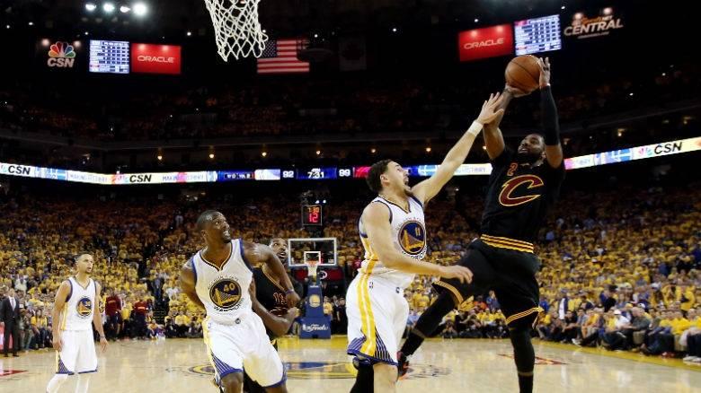 """Με """"μυθική"""" εμφάνιση Λεμπρόν-Ιρβινγκ οι Καβς μείωσαν σε 3-2 την σειρά με τους Γουόριορς στο NBA"""