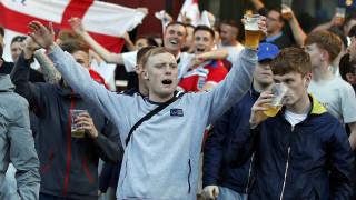 EURO 2016: Μεθυσμένοι Άγγλοι πετούσαν κέρματα σε μικρούς ζητιάνους και πάτησαν την Ρωσική σημαία