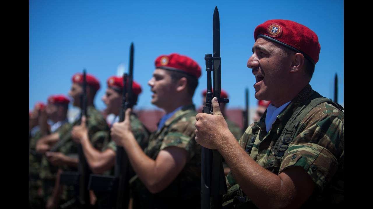 https://cdn.cnngreece.gr/media/news/2016/06/15/35836/photos/snapshot/Greece_Hawkey_HGC_arrival_Bartholemew_0419.jpg