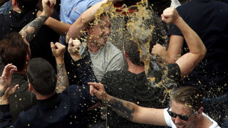 EURO 2016: Μεθυσμένοι Άγγλοι «λούζονται» με μπύρες στην Λιλ