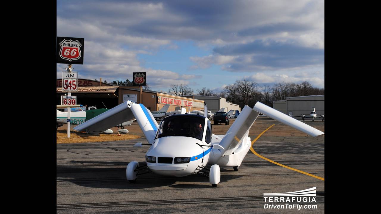 https://cdn.cnngreece.gr/media/news/2016/06/15/35876/photos/snapshot/TERRAFUGIA-FLYING-CAR-2.jpg
