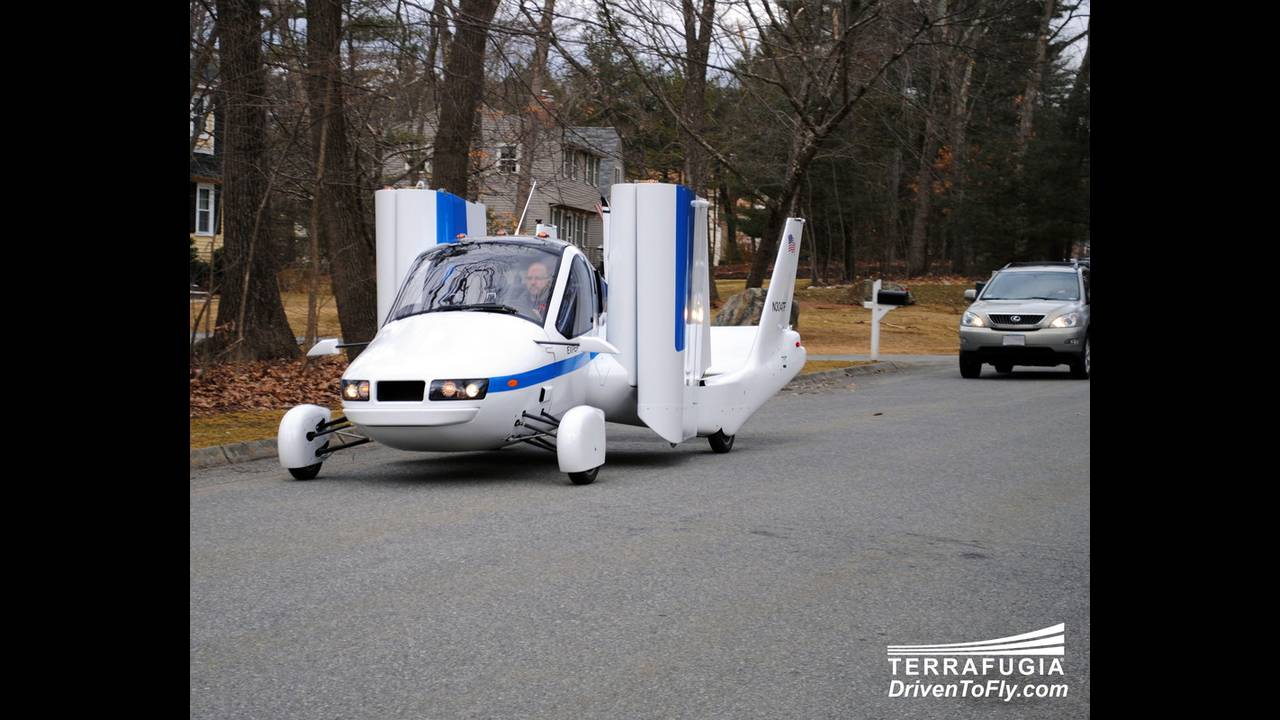 https://cdn.cnngreece.gr/media/news/2016/06/15/35876/photos/snapshot/TERRAFUGIA-FLYING-CAR-4.jpg