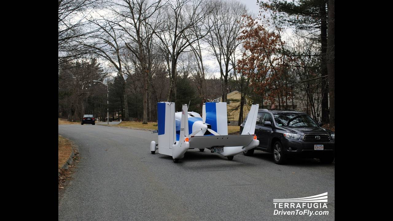 https://cdn.cnngreece.gr/media/news/2016/06/15/35876/photos/snapshot/TERRAFUGIA-FLYING-CAR-5.jpg