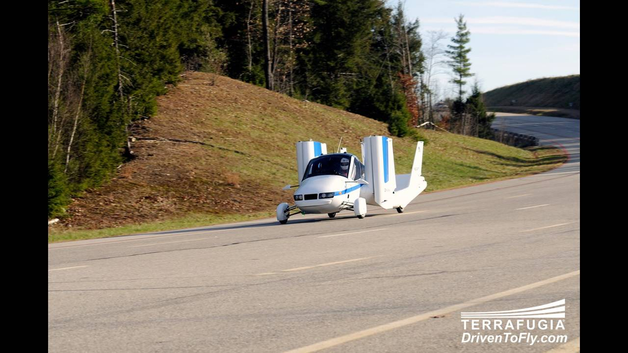 https://cdn.cnngreece.gr/media/news/2016/06/15/35876/photos/snapshot/TERRAFUGIA-FLYING-CAR-6.jpg