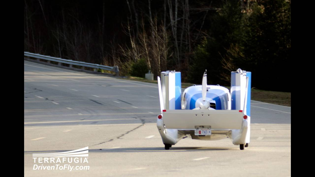 https://cdn.cnngreece.gr/media/news/2016/06/15/35876/photos/snapshot/TERRAFUGIA-FLYING-CAR-7.jpg