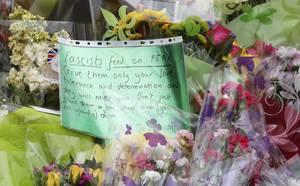 Χιλιάδες Βρετανοί σπέδουν στο σημείο όπου δολοφονήθηκε η Τζο Κοξ, αφήνοντας ένα λουλούδι  και ένα σημείωμα στη μνήμη της.